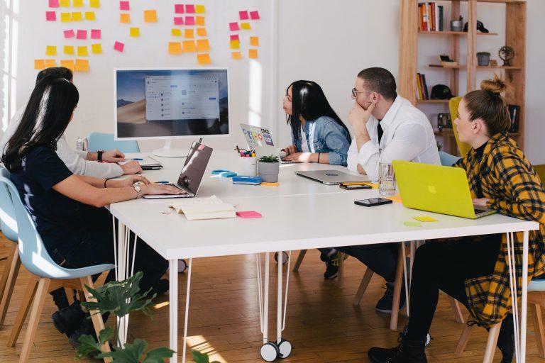 8 conseils pour des réunions de conseil d'administration en ligne efficaces et bien organisées